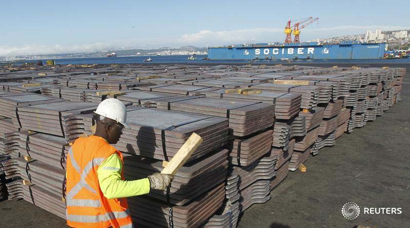 A port worker checks a shipment of copper that is to be exported to Asia, in Valparaiso port, northwest of Santiago, Chile. Photography: Rodrigo Garrido
